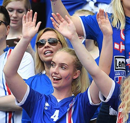 """Fan nữ xinh đẹp """"đốt cháy"""" khán đài Euro 2016 - 2"""