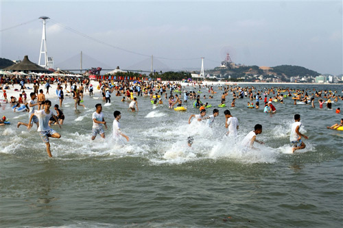 Người dân Hạ Long thỏa 'cơn khát' tắm biển - 1