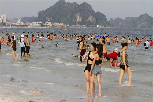 Người dân Hạ Long thỏa 'cơn khát' tắm biển - 6