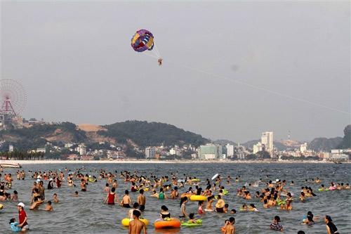 Người dân Hạ Long thỏa 'cơn khát' tắm biển - 8