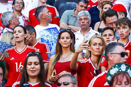 """Fan nữ xinh đẹp """"đốt cháy"""" khán đài Euro 2016 - 11"""