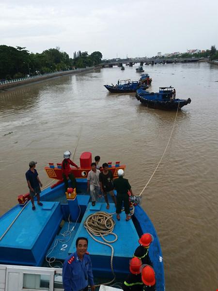 Giải cứu thành công tàu mắc kẹt dưới cầu Lê Hồng Phong - 1