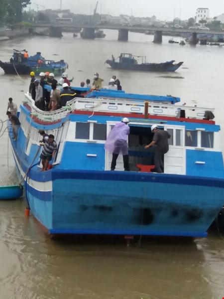 Giải cứu thành công tàu mắc kẹt dưới cầu Lê Hồng Phong - 2