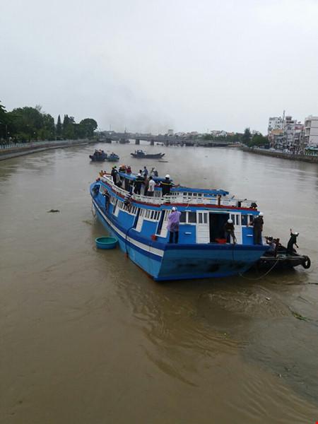 Giải cứu thành công tàu mắc kẹt dưới cầu Lê Hồng Phong - 3