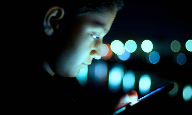 """Dùng điện thoại trong bóng tối dễ bị """"mù tạm thời"""" - 1"""