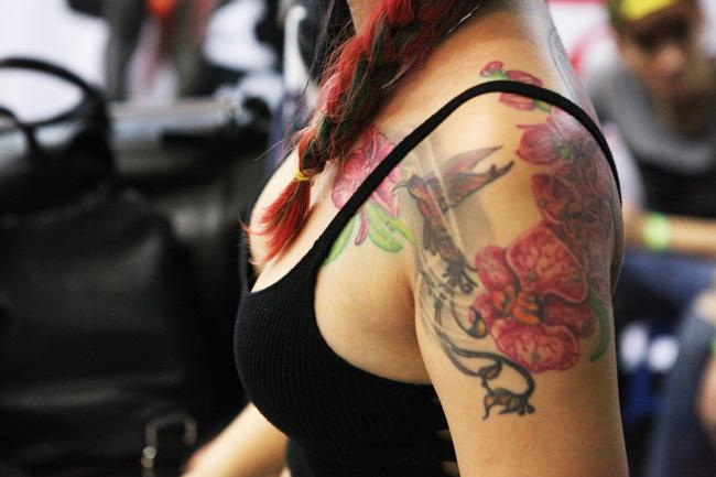 Những bóng hồng xinh đẹp chịu đau đớn để xăm kín lưng - 9