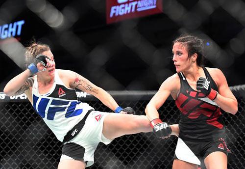 Đả nữ UFC bị đánh bại vì… tuột áo nịt ngực - 1