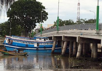 Con tàu 8 tỉ lại bị kẹt dưới… gầm cầu Trần Hưng Đạo - 1
