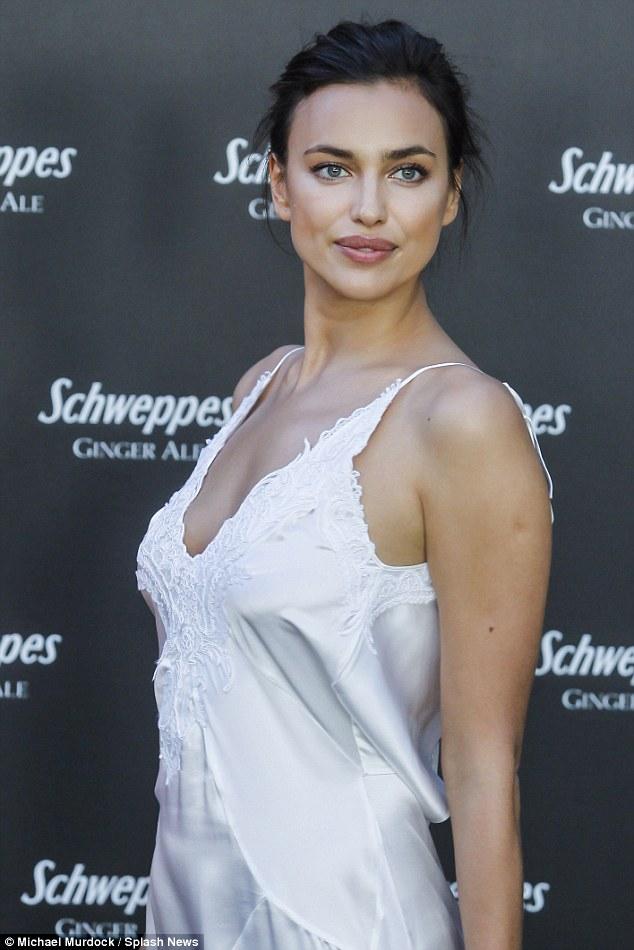 Irina Shayk mặc váy ngủ đi dự tiệc hạng sang - 4