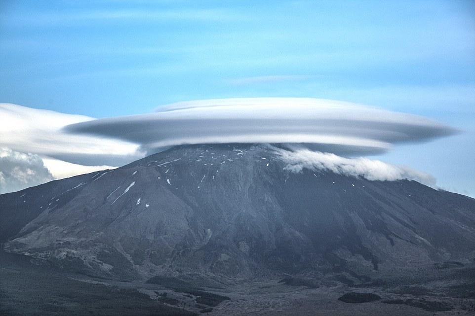 Đám mây hình đĩa bay khổng lồ trên đỉnh núi ở Italia - 1