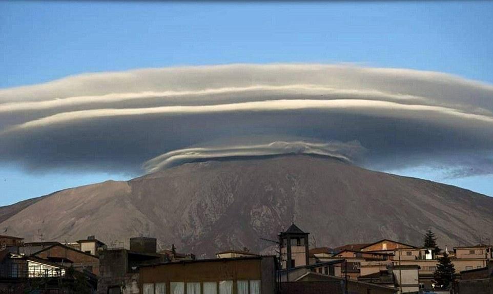 Đám mây hình đĩa bay khổng lồ trên đỉnh núi ở Italia - 2