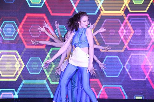 """Tú Linh, fan nữ xinh """"đốt nóng"""" không khí cổ vũ Euro - 8"""
