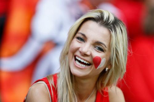 Euro: Mê mẩn với vẻ ngọt ngào  của nữ CĐV Ba Lan - 9
