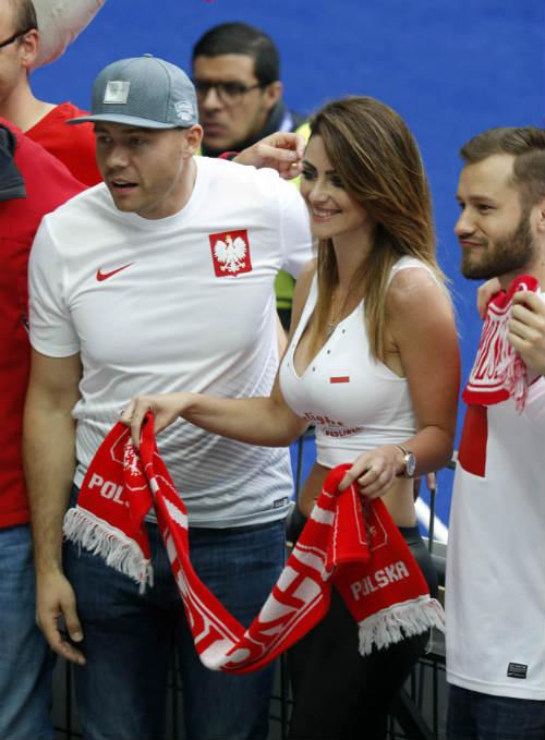 Euro: Mê mẩn với vẻ ngọt ngào  của nữ CĐV Ba Lan - 7