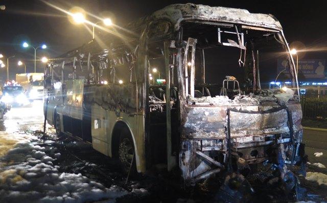 Xe khách 45 chỗ bất ngờ bốc cháy dữ dội trên quốc lộ - 1