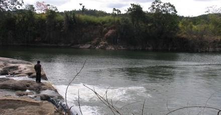Lật xuồng trên hồ thủy điện, 3 người mất tích - 1
