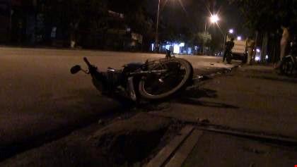 Một người nước ngoài lái ô tô gây tai nạn rồi bỏ chạy - 1