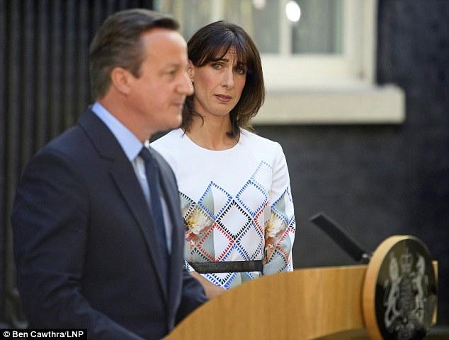 Thủ tướng Anh khóc nức nở sau khi tuyên bố từ chức - 1