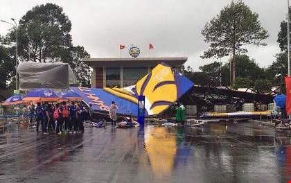 Bức tường sắt cao 30m đổ sập trong mưa - 1