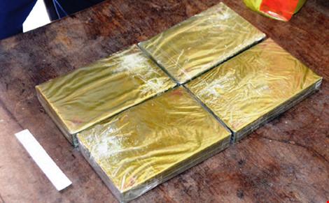 Đóng giả khách du lịch mang 4 bánh heroin từ Lào về VN - 2