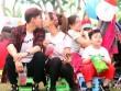 """Vợ chồng Trương Quỳnh Anh tình tứ """"hôn trộm"""" trước mặt con"""