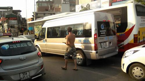 """Ông Tây """"chặn xe"""" ô tô xin lau kính xôn xao Hà Nội - 5"""