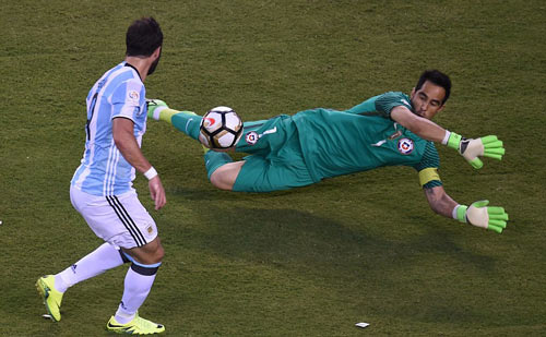 Góc ảnh: Nước mắt của Messi ngày Chile đăng quang - 2