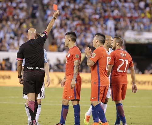 Góc ảnh: Nước mắt của Messi ngày Chile đăng quang - 4