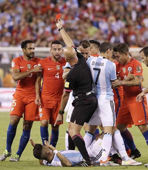 Góc ảnh: Nước mắt của Messi ngày Chile đăng quang - 5