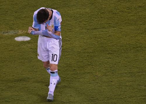 Góc ảnh: Nước mắt của Messi ngày Chile đăng quang - 10
