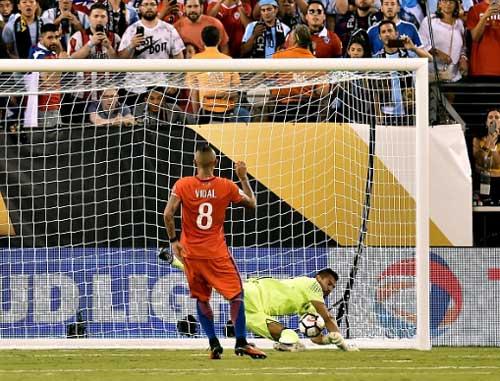 Góc ảnh: Nước mắt của Messi ngày Chile đăng quang - 9