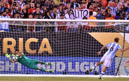 Góc ảnh: Nước mắt của Messi ngày Chile đăng quang - 11