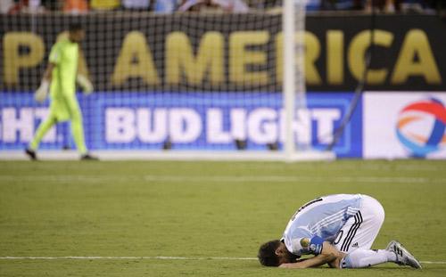 Góc ảnh: Nước mắt của Messi ngày Chile đăng quang - 13