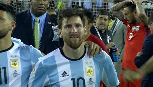 Góc ảnh: Nước mắt của Messi ngày Chile đăng quang - 14