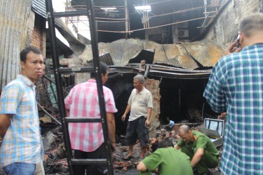 Vụ 4 người chết cháy: Bế con nhỏ lao qua đám lửa - 1