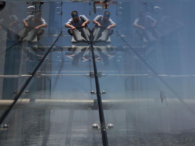 Mỹ: Khai trương cầu trượt trong suốt cao rợn người 304m - 3