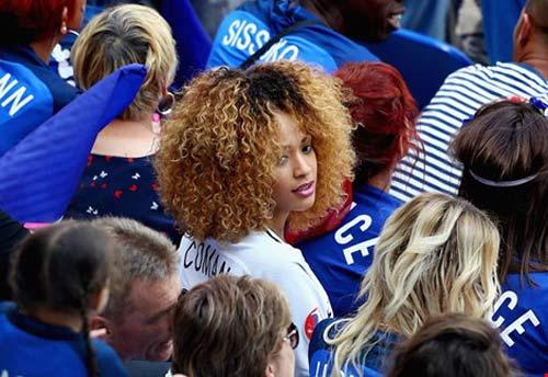 WAGs xinh đẹp và nóng bỏng của tuyển Pháp xuống sân ăn mừng - 1