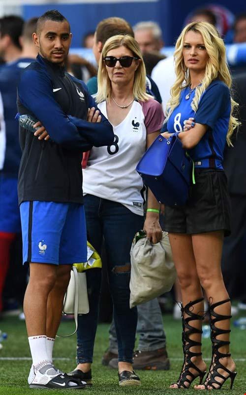 WAGs xinh đẹp và nóng bỏng của tuyển Pháp xuống sân ăn mừng - 3