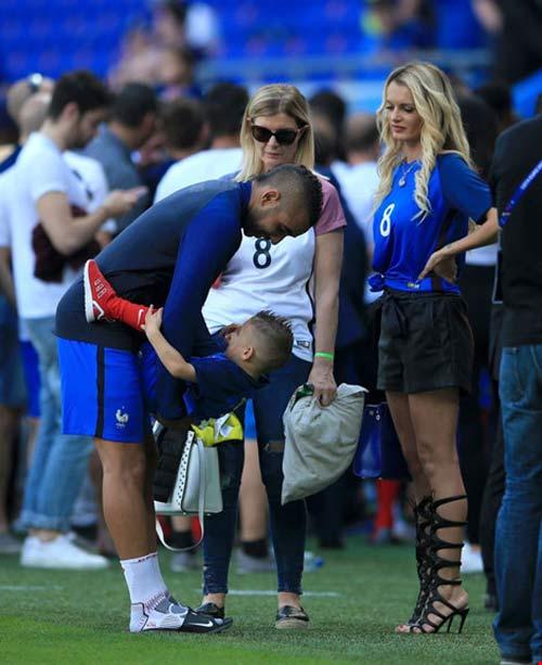 WAGs xinh đẹp và nóng bỏng của tuyển Pháp xuống sân ăn mừng - 4