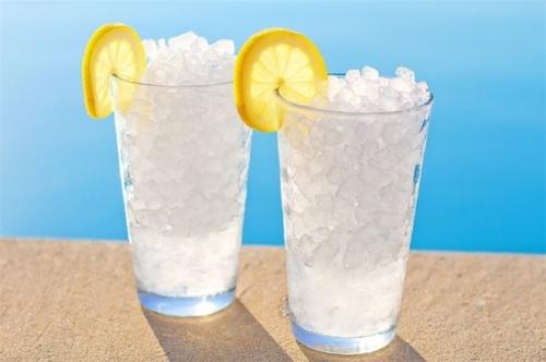 Tác hại khó ngờ của việc uống nước đá mùa hè - 1