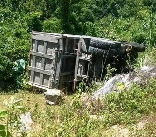 Xe tải lao xuống núi, tài xế mắc kẹt trong cabin - 1