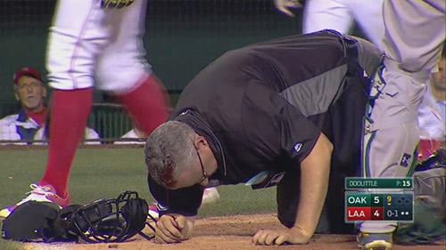 Họa vô đơn chí: Trọng tài đổ máu vì gậy bóng chày - 1