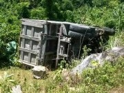 Tin tức trong ngày - Xe tải lao xuống núi, tài xế mắc kẹt trong cabin