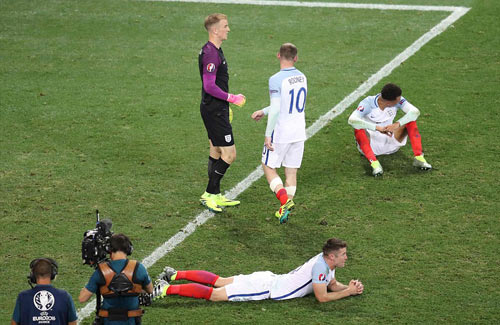 Brexit ở EURO: Cầu thủ Anh đổ gục, fan chết lặng - 6