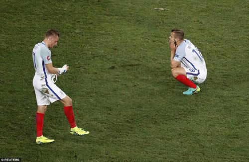 Brexit ở EURO: Cầu thủ Anh đổ gục, fan chết lặng - 8