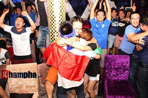 Fan Việt yêu ĐT Ý hét khản giọng, bật khóc vì thắng TBN - 7