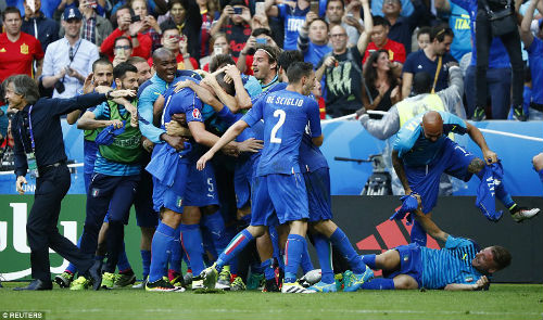 Ảnh đẹp Euro 28/6: Vũ điệu Conte và nụ hôn Iceland - 12