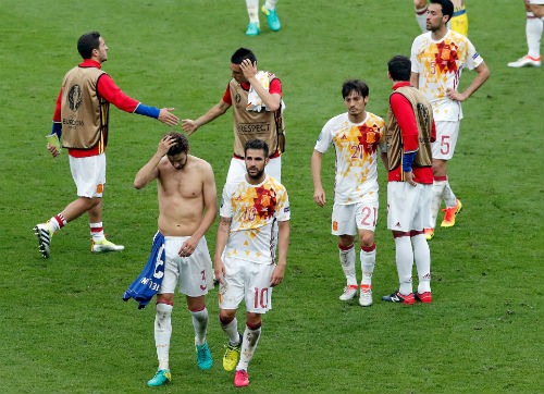 Ảnh đẹp Euro 28/6: Vũ điệu Conte và nụ hôn Iceland - 13