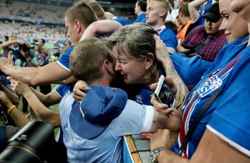 Ảnh đẹp Euro 28/6: Vũ điệu Conte và nụ hôn Iceland - 3