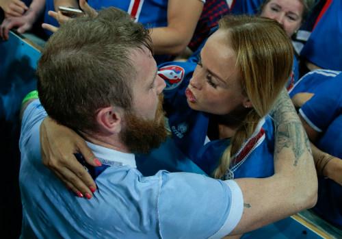 Ảnh đẹp Euro 28/6: Vũ điệu Conte và nụ hôn Iceland - 2